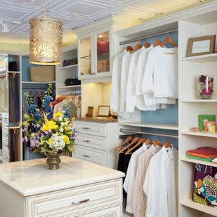 Modelo de armario vestidor unisex, campestre, grande, con armarios con paneles con relieve, puertas de armario blancas, suelo de baldosas de cerámica y suelo marrón