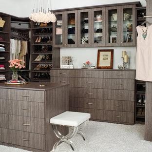 Imagen de armario vestidor unisex, de estilo de casa de campo, grande, con armarios con paneles lisos, puertas de armario de madera en tonos medios, moqueta y suelo blanco