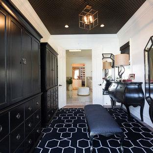 Idéer för vintage omklädningsrum, med svarta skåp, luckor med infälld panel och svart golv