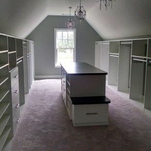 Foto de vestidor unisex, de estilo americano, extra grande, con armarios abiertos, puertas de armario blancas y moqueta