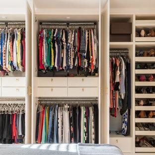 Inspiration för mellanstora moderna klädskåp för könsneutrala, med släta luckor och vita skåp