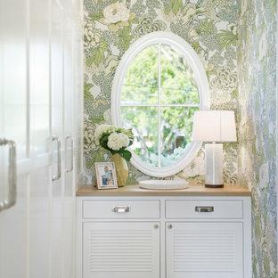 Inspiration för ett maritimt walk-in-closet, med luckor med lamellpanel, vita skåp och grått golv