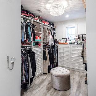 Foto di una cabina armadio unisex stile shabby di medie dimensioni con nessun'anta, ante bianche, pavimento in legno massello medio e pavimento marrone