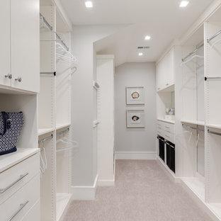 Diseño de vestidor unisex, marinero, grande, con armarios con paneles lisos, puertas de armario blancas, moqueta y suelo gris