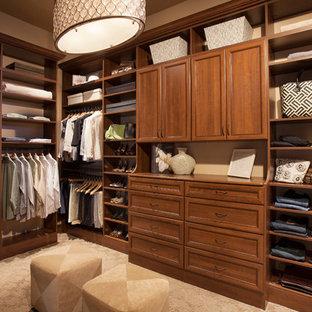 Modelo de armario vestidor tradicional, grande, con armarios con puertas mallorquinas y puertas de armario de madera oscura