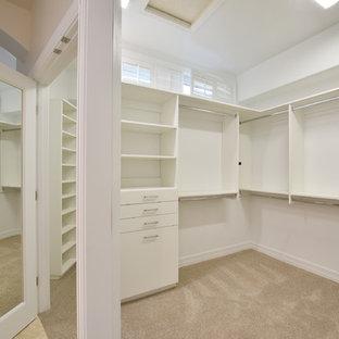 Foto de armario vestidor unisex, actual, de tamaño medio, con armarios abiertos, puertas de armario blancas, moqueta y suelo beige