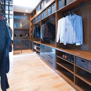Idéer för ett mellanstort modernt walk-in-closet för män, med öppna hyllor, skåp i mörkt trä, ljust trägolv och beiget golv