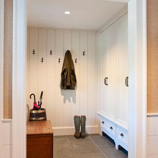 Immagine di uno spazio per vestirsi chic con ante con riquadro incassato, ante bianche e pavimento in gres porcellanato