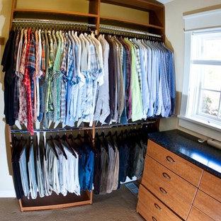 Ejemplo de armario vestidor de hombre, contemporáneo, de tamaño medio, con armarios abiertos, puertas de armario de madera oscura y moqueta