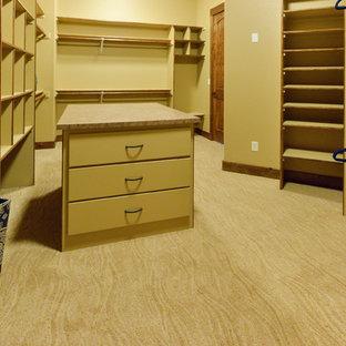 Ejemplo de armario vestidor unisex, de estilo americano, extra grande, con armarios abiertos, moqueta y suelo beige