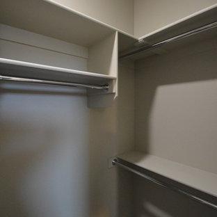 Diseño de armario vestidor unisex, tradicional renovado, pequeño, con armarios abiertos, puertas de armario beige, suelo laminado y suelo beige