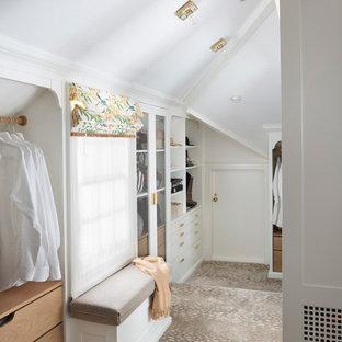 Exempel på ett klassiskt walk-in-closet för kvinnor, med heltäckningsmatta, öppna hyllor, vita skåp och grått golv
