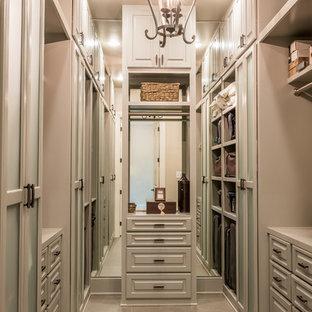 Ejemplo de armario vestidor unisex, clásico renovado, extra grande, con armarios con paneles con relieve, puertas de armario marrones, suelo de baldosas de porcelana y suelo marrón