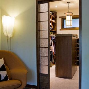 Foto de armario vestidor unisex, actual, pequeño, con armarios abiertos, puertas de armario de madera en tonos medios y moqueta