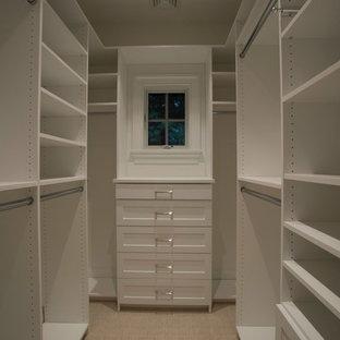 Пример оригинального дизайна: маленькая гардеробная комната унисекс в стиле современная классика с открытыми фасадами, белыми фасадами, бежевым полом и ковровым покрытием