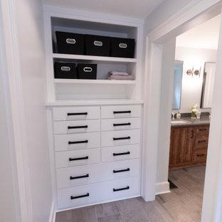 Inspiration för ett mellanstort shabby chic-inspirerat walk-in-closet för könsneutrala, med släta luckor, vita skåp, klinkergolv i porslin och grått golv
