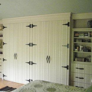 Modelo de armario unisex, rural, de tamaño medio, con puertas de armario blancas
