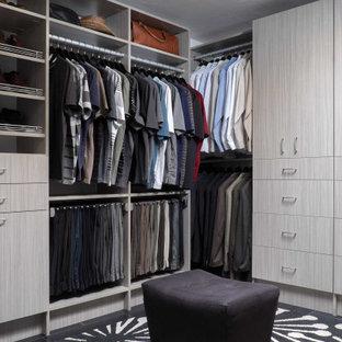 Inspiration för ett mellanstort industriellt walk-in-closet för män, med släta luckor och grå skåp