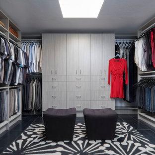 Inredning av ett modernt mycket stort omklädningsrum, med släta luckor och grå skåp