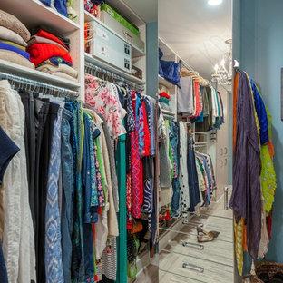 Mittelgroßes, Neutrales Klassisches Ankleidezimmer mit Ankleidebereich, flächenbündigen Schrankfronten, hellen Holzschränken, Kalkstein und beigem Boden in Richmond