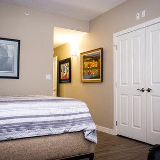 Esempio di un armadio o armadio a muro unisex classico di medie dimensioni con pavimento in vinile e pavimento multicolore