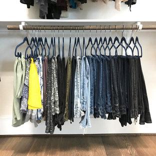 Ejemplo de armario vestidor de mujer, tradicional renovado, de tamaño medio, con armarios abiertos, suelo de corcho y suelo marrón