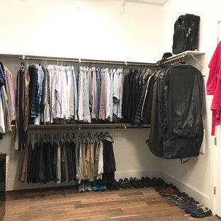 На фото: гардеробная комната среднего размера в стиле современная классика с открытыми фасадами, пробковым полом и коричневым полом для мужчин с