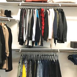 Foto de armario vestidor de mujer, clásico renovado, de tamaño medio, con armarios abiertos, suelo de corcho y suelo marrón