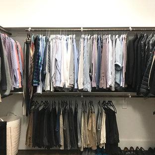 Foto de armario vestidor de hombre, tradicional renovado, de tamaño medio, con armarios abiertos, suelo de corcho y suelo marrón