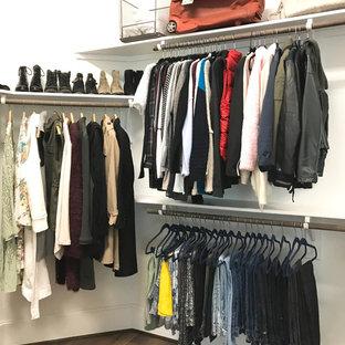 Diseño de armario vestidor de mujer, clásico renovado, de tamaño medio, con armarios abiertos, suelo de corcho y suelo marrón