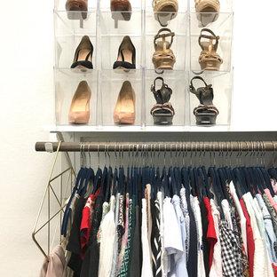 Modelo de armario vestidor de mujer, clásico renovado, de tamaño medio, con armarios abiertos, suelo de corcho y suelo marrón