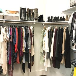 Modelo de armario vestidor de mujer, tradicional renovado, de tamaño medio, con armarios abiertos, suelo de corcho y suelo marrón