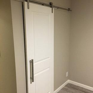 Ejemplo de armario unisex, contemporáneo, pequeño, con armarios con paneles con relieve, puertas de armario blancas, suelo de baldosas de porcelana y suelo gris