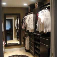 Contemporary Closet by Antonella Moreno