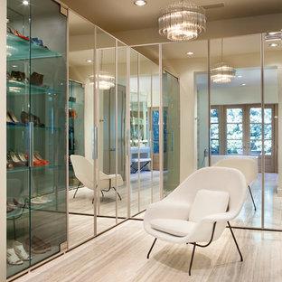 Ejemplo de vestidor unisex, contemporáneo, con armarios con paneles lisos y suelo beige