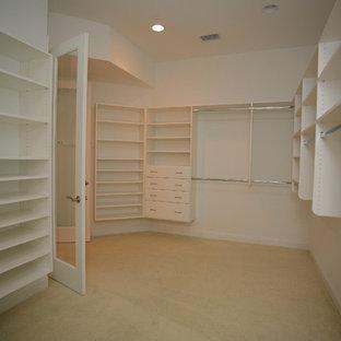 ジャクソンビルの巨大な男女兼用コンテンポラリースタイルのおしゃれなフィッティングルーム (フラットパネル扉のキャビネット、白いキャビネット、カーペット敷き) の写真