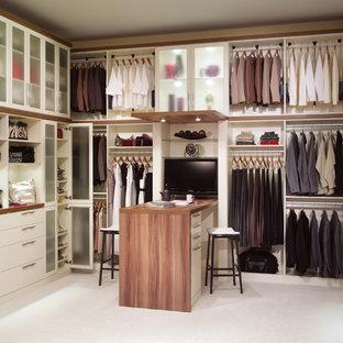 Inspiration för stora moderna omklädningsrum för könsneutrala, med öppna hyllor, vita skåp och heltäckningsmatta