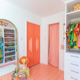 Diseño de armario vestidor de mujer, contemporáneo, grande, con puertas de armario blancas, suelo de baldosas de cerámica, suelo rosa y armarios con paneles lisos