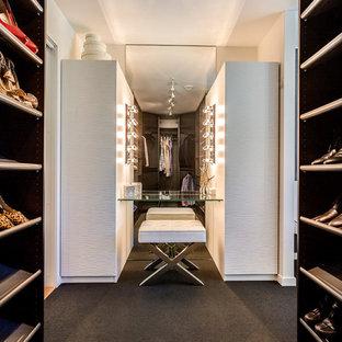 Immagine di armadi e cabine armadio unisex minimal con ante in legno bruno, moquette e pavimento nero