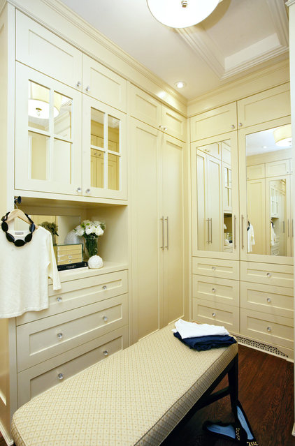 Contemporary Closet by Jennifer Brouwer (Jennifer Brouwer Design Inc)