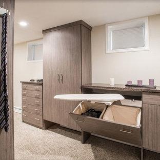 Diseño de armario y vestidor contemporáneo con armarios con paneles lisos, puertas de armario marrones, moqueta y suelo gris
