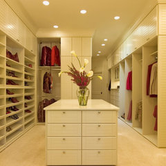 contemporary closet by Malka Sabroe-JoHanson