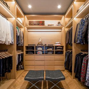 ロサンゼルスの男性用コンテンポラリースタイルのおしゃれなフィッティングルーム (オープンシェルフ、淡色木目調キャビネット、淡色無垢フローリング) の写真