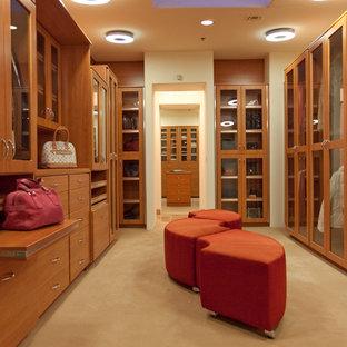 Ejemplo de vestidor actual con puertas de armario de madera oscura