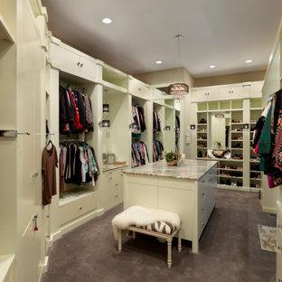 シンシナティの広い女性用コンテンポラリースタイルのおしゃれなウォークインクローゼット (フラットパネル扉のキャビネット、白いキャビネット、カーペット敷き、紫の床) の写真