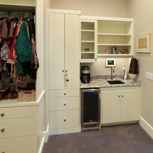 Foto di una grande cabina armadio per donna contemporanea con ante lisce, ante bianche, moquette e pavimento viola