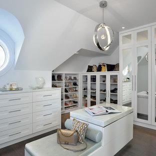 Klassisches Ankleidezimmer mit Ankleidebereich, weißen Schränken, dunklem Holzboden und braunem Boden in Toronto