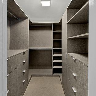 Idee per una grande cabina armadio unisex contemporanea con ante lisce, ante con finitura invecchiata, moquette e pavimento beige