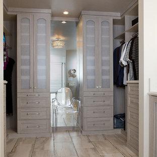 Foto de armario vestidor de mujer, moderno, pequeño, con armarios con paneles empotrados, puertas de armario grises y suelo de baldosas de porcelana