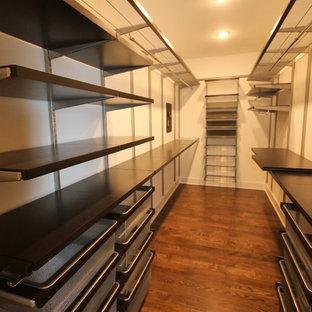 Ispirazione per una grande cabina armadio unisex industriale con nessun'anta, parquet scuro e pavimento marrone